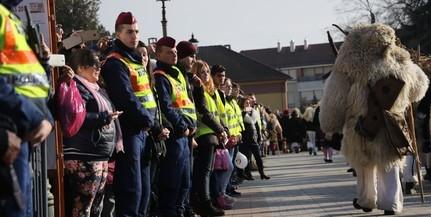 Zavartalanul vonultak a maszkások a busójáráson