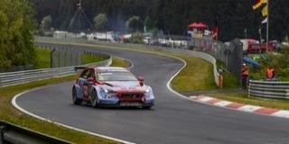 Két versenytársával is ütközött Michelisz a Nürburgringen, kiesett a harmadik futamban