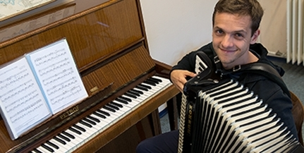 Kisiskolás kora óta zenél, s a jövő virtuózait is neveli a mohácsi harmonikás, Kéméndi Tamás