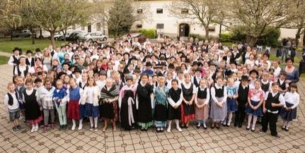 Több mint félezren énekeltek együtt Bólyban német népdalokat az iskolában és az oviban