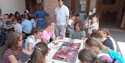 A gyerekek mellett felnőttek is szívesen beülnek a mohácsi Busóiskola padsoraiba