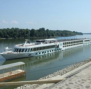 Alig változik a Duna vízállása, állnak a szállodahajók, a komp közlekedésében nincs fennakadás