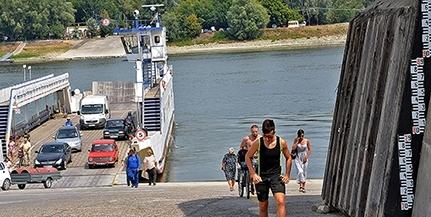 Tart az apály a Dunán, péntektől nem szállítanak nehéz járműveket a komppal Mohácsnál