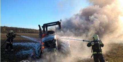 Kidöntött villanyoszlop miatt égett ki a traktor - Videó!