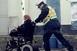 Hazáig toltak a rendőrök egy bajba jutott, idős asszonyt