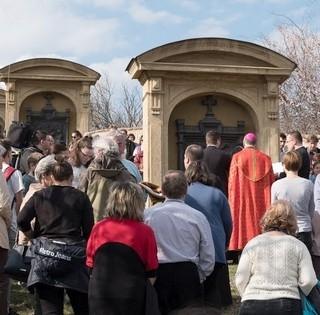 Négy alkalommal vezet keresztutat Udvardy György megyéspüspök a nagyböjtben