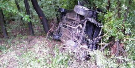 Kiszakadt a motor az erdőbe sodródott autóból