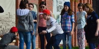 A családsegítők próbálják hazaküldeni a mohácsi utcákon bóklászó gyerekeket