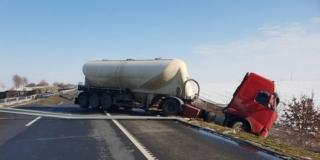 Átszakította a szalagkorlátot egy kamion a sztrádán Babarcnál