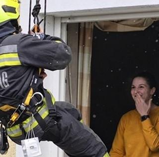 Ez igen! Nézze meg, hogyan kérte meg szíve választottja kezét egy mohácsi tűzoltó - Videó!