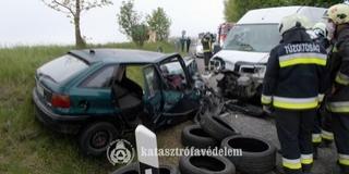 Frontálisan ütközött egy kisbusz és egy autó Baranyában