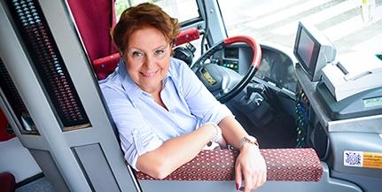 Aki tényleg leparkolja a buszt a kapuja elé - Íme, Mohács egyetlen női buszsofőre