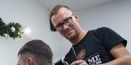 Nemcsak a hajat, a poénokat is vágja a város egyik legnépszerűbb fodrásza, Horváth Attila