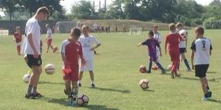 Még soha ennyi gyerek nem rúgta a bőrt a Mohácsi TE nyári focitáborában