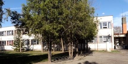 Eltűnt dr. Marek József szobra az egykori iskolából - Félmilliót ajánlottak fel a nyomravezetőnek