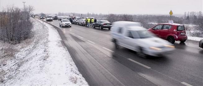 Kedden is félpályás útlezárással tiltakoztak Pécsett - De vajon miért dudálnak az autósok?