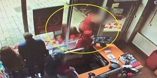 Vaddisznó ragadta el egy nő táskáját az utcán - Videó!