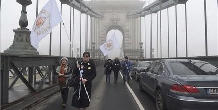 Egy maroknyi tüntető miatt lezárták a Lánchidat
