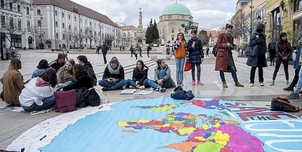 Kézzel festett térképpel tartottak aszfaltpikniket Pécsett