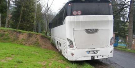 Útpadkán elakadt buszhoz vonultak a tűzoltók Magyaregregyen