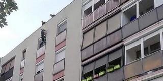 Panelház tetejéről ereszkedve mentettek életet a tűzoltók