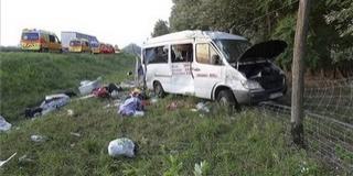 Kisbusszal ütközött egy kamion, tízen megsérültek