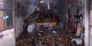 Kigyulladt egy versenyautó egy garázsban Hirden