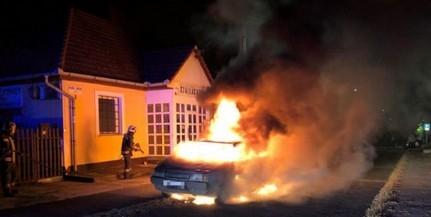 Teljesen kiégett a menet közben kigyulladt autó Pécsett