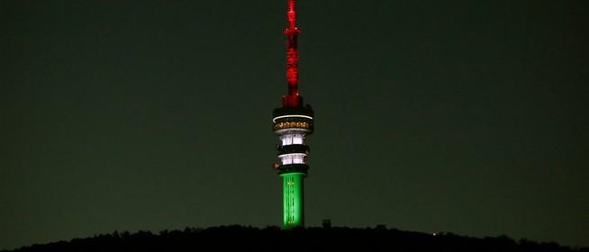 Ismét nemzeti színekbe borul a tv-torony, így tisztelegve a forradalom hősei előtt