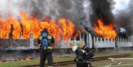 Felgyújtottak két vasúti kocsit Pécsbányán, pécsi, mohácsi, siklósi tűzoltók oltották a tüzet