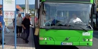 Lecsukták a pécsi párost, aki lelökött egy mankóval közlekedő férfit a buszról