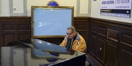 Népszerű a pécsi vasútállomás zongorája: az utasok is gyakran megszólaltaják