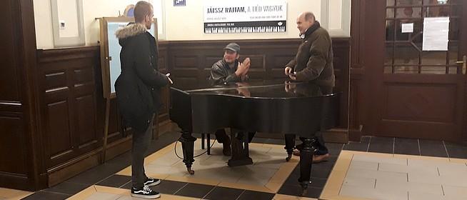 Elkapták a vandált, aki megrongálta a pécsi főpályaudvaron elhelyezett zongorát
