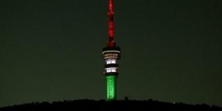 Nemzeti színekbe borulva szalutál a tv-torony az egészségügyi dolgozók előtt