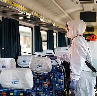 Kiürültek a távolsági buszok és a vonatok, brutálisan visszaesett az utasforgalom