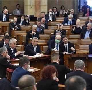 Elfogadták a védekezésről szóló törvényt, a baranyai balliberális képviselők nem támogatták