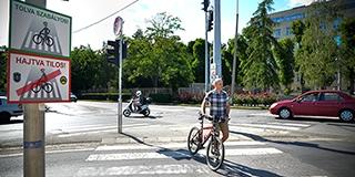 A zebrán tolja, ne tekerje! – Figyelmeztető táblákat helyeztek ki a rendőrök a bicikliseknek