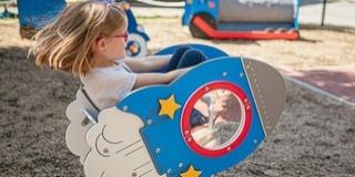 Új játszóteret vehetnek birtokba a gyerekek a pécsi gyermekklinika udvarán