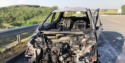 Kigyulladt és fémtisztára égett egy kocsi a sztrádán Baranyában
