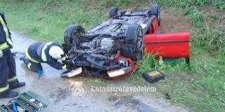 Felborult egy autó Villánykövesdnél, súlyosan megsérült egy ember
