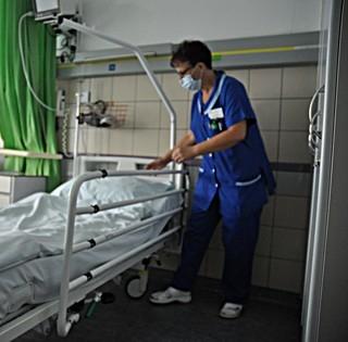 Korszerű kórházi ágyak is segítik a betegek gyógyulását a pécsi klinikákon