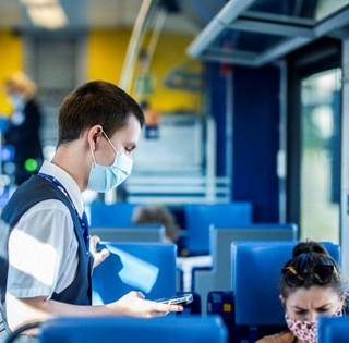 Megvertek egy kalauzt, aki a maszk használatára figyelmeztetett egy utast