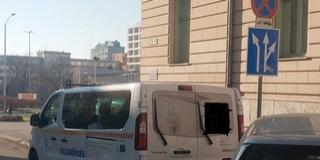 Így parkolt egy polgárőrautó a tilosban a Jókai utcában