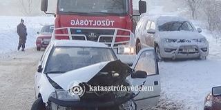 Két autó ütközött, egyik árokba csapódott Villánykövesdnél