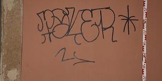 A pécsi belvárosban firkált a falakra egy ostoba vandál